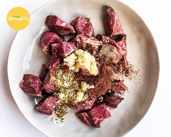 Ướp thịt bò với các gia vị ít nhất 3 tiếng để thịt ngấm
