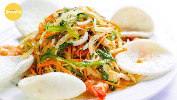 Gỏi mực Thái Lan ngon hơn khi ăn kèm với bánh phồng tôm