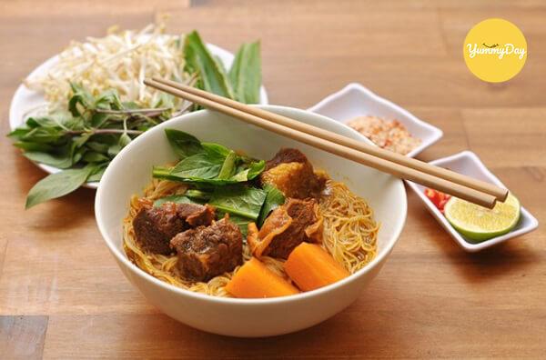 Nên ăn hủ tiếu bò kho kèm với rau thơm, hành tươi và chanh